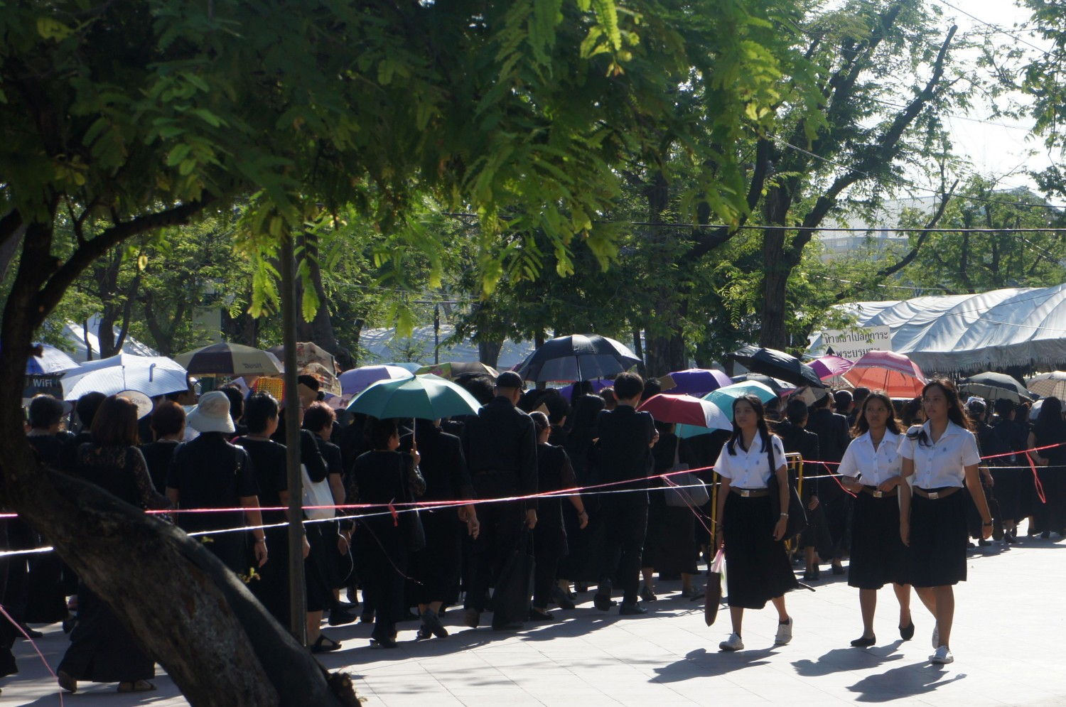 Thais queue up in Bangkok's Royal Park to pay their respects to King Bhumibol Adulyadej